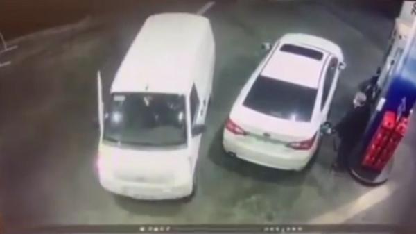 واکنش حیرت انگیز یک مرد در پمپ بنزین برای جلوگیری از سرقت خودرو